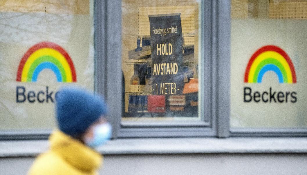 Korona skilt med hold avstand 1 meter I Beckers butikk i Oslo. Beckers har 'alt blir bra' farvene i logoen sin.