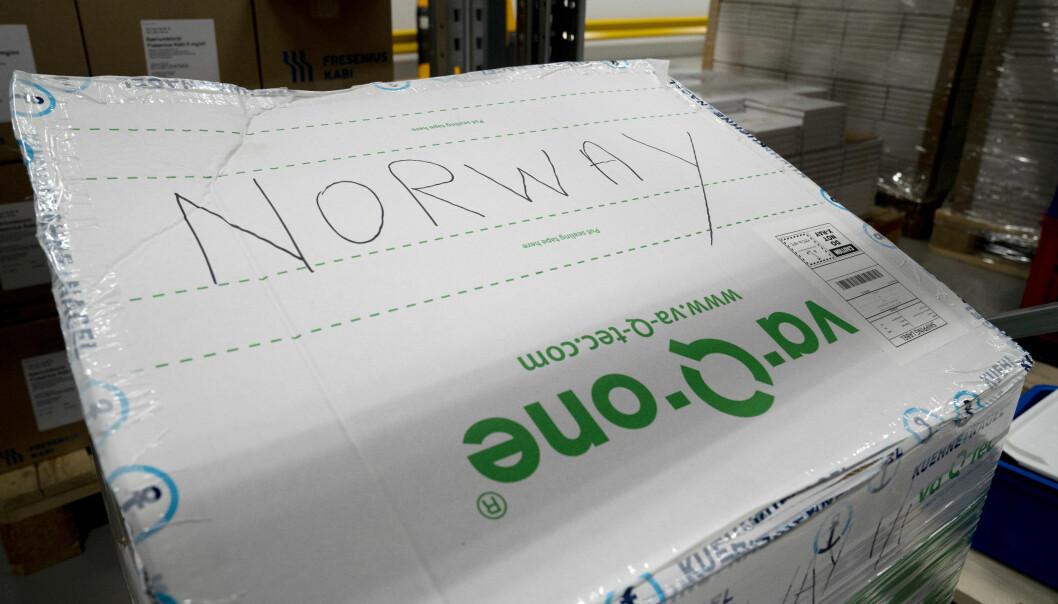 I den hvite boksen merket Norway kom Moderna-vaksinen til Norge i dag. De eldste i Oslo er prioritert fremst av alle.