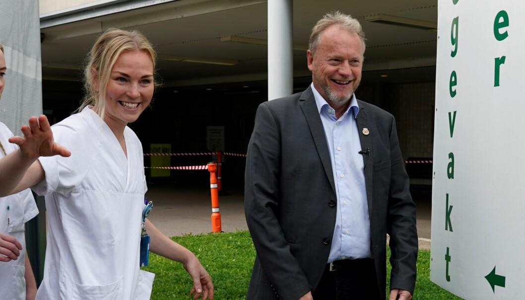 Etatsdirektør Hilde Therese Hamre (til v.) og byrådsleder Raymond Johansen fotografert utenfor teststasjonen ved Aker i fjor høst. Nå er Oslo først med å ta i bruk Moderna-vaksinen.