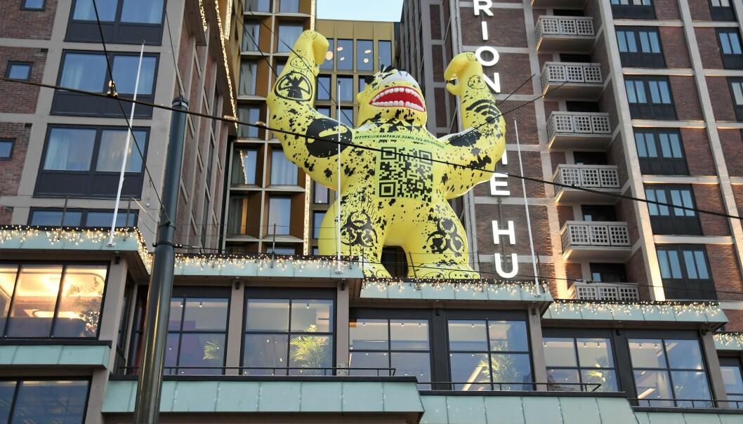 Godzilla-monsteret står plassert på taket av lobbyen til Clarion Hotell The Hub på Jernbanetorget.