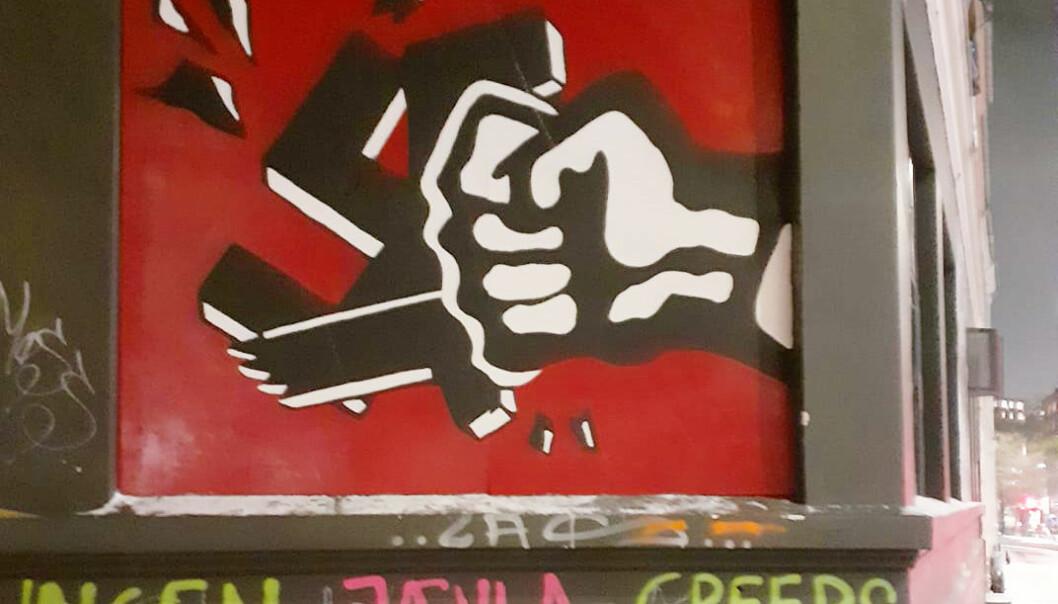 Det antifascistiske veggmaleriet i rødt, hvitt og svart med en knyttneve som knuser et hakekors er blitt et landemerke i Oslo. I romjulen ble symbolet malt over.