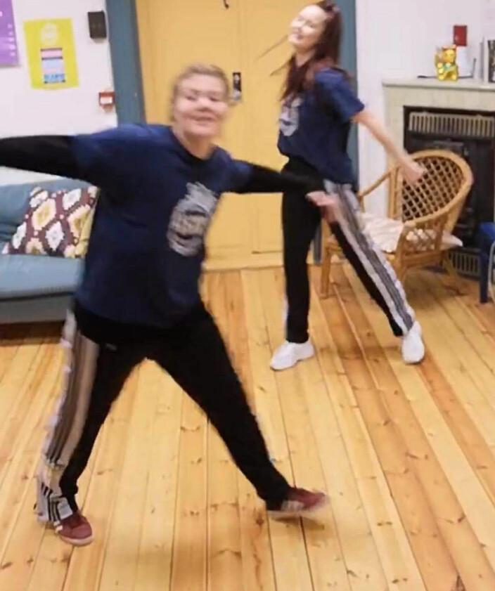 «Emilie og Anja drar frem dansemoves fra Koronahatten, og gleder seg til å danse stue-vennlig direkte inne fra KIGO-kontoret,» er beskjeden fra Emilie Hals (t.v.) og Anja Bjerkelund.