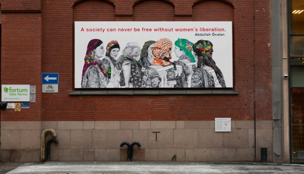 Oslo kommune har mottatt over 80 klager på kunstverket «Rojava: The Women's Revolution» av Gelawesh Waledkhani. Men byens politikere kommer neppe til å gå inn for å fjerne bildet