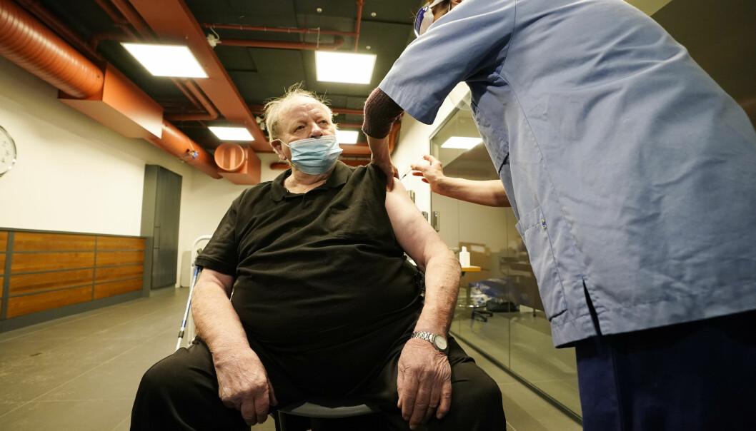 Arne Svein Jul Bakken (85)) vaksineres i Bydel Bjerkes lokaler i Oslo torsdag. Byrådet i Oslo markerer starten på massevaksinasjonen.