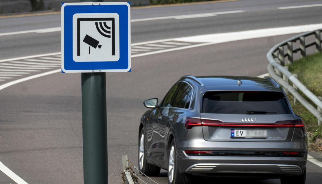 Fra fredag endres tilgangen til kollektivfelt for elbiler i Oslo. Regelen om at det ikke er lov å kjøre elbil i kollektivfeltet på Ring 2 uten passasjerer i bilen, gjelder hele døgnet, og ikke bare i rushtiden som på bildet.