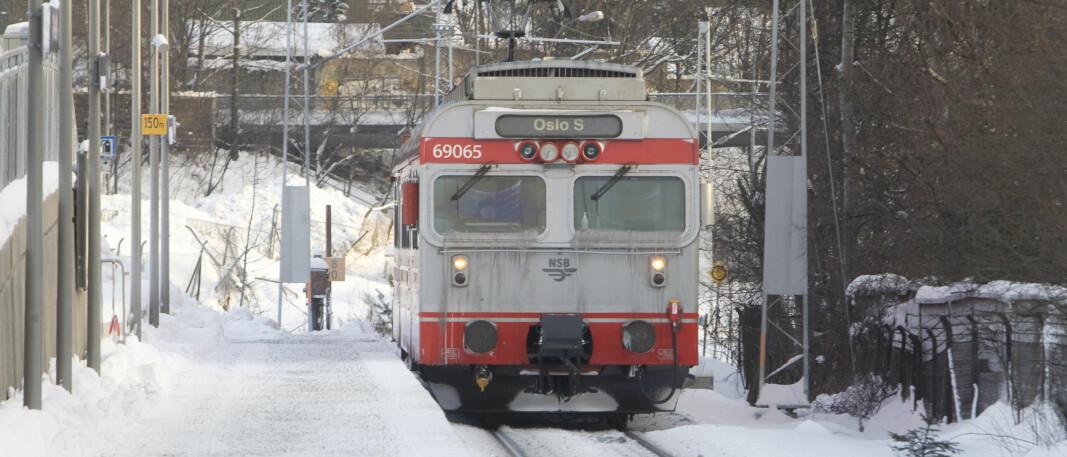 <p>En strømledning er nede mellom Oslo S og Bekkelaget. – Hva skaden innebærer og hvor lang tid det tar å rette vet vi ikke, sier Gunnar Børseth i Bane Nor.</p>