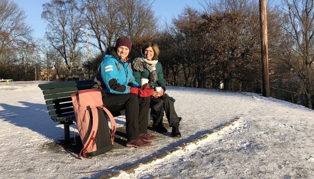 Sibille Gamst (t.v) og Kristin McAdam jobber på den tysk-norske skole i Sporveisgata i bydel Frogner, og nøt sola på en benk i Stensparken fredag. – Vi bruker parkene etter jobb, i stedet for å gå på cafe for å prate, sier de to.