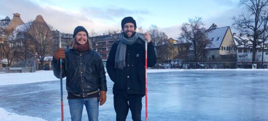 Bendik (28) og Leo (27) spiller tomanns løkkehockey på Fagerborg. Nå snører folk på seg skøytene som aldri før