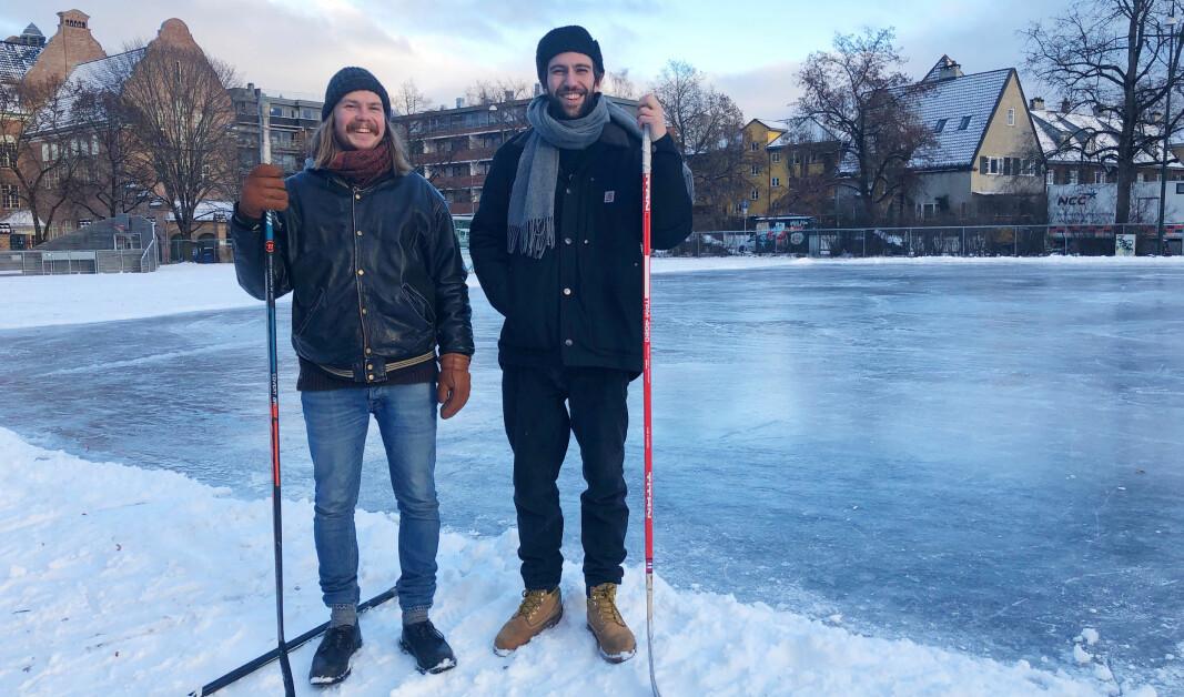 Bendik (28) og Leo (27) legger løkkehockeyen til tider på dagen med færrest mulig barn på isen. På Bayern på Fagerborg er det ideelle forhold.