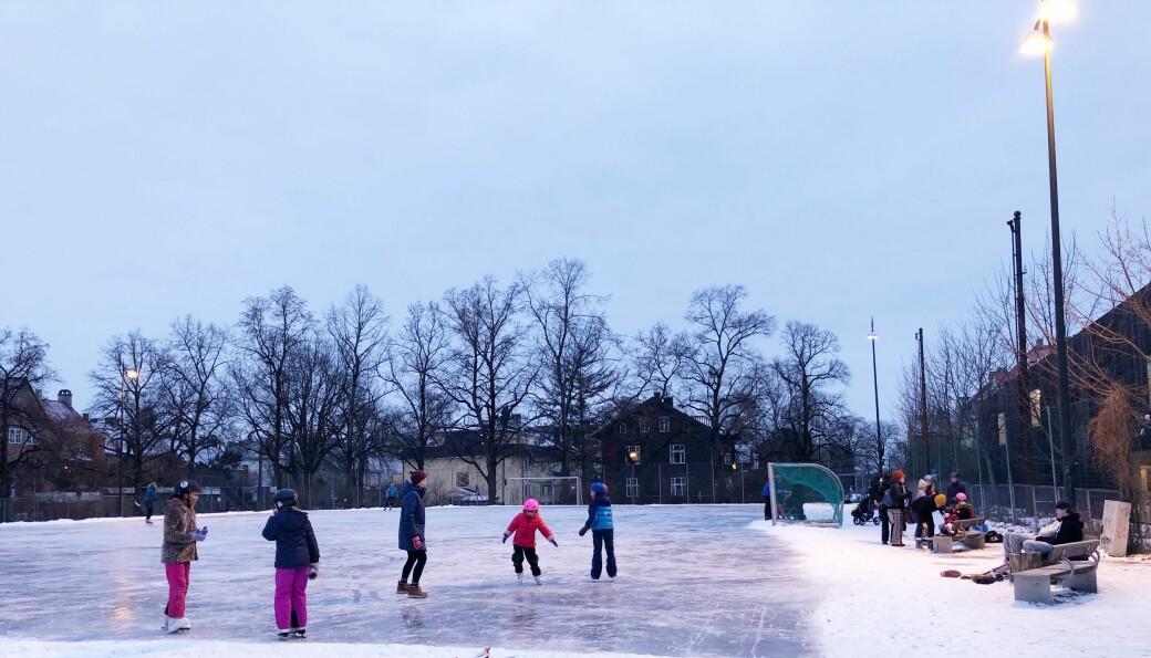 Januar 2021 leverer på isfronten, og skøytene er ute på Sophus Bugges plass (Bayern) på Fagerborg.