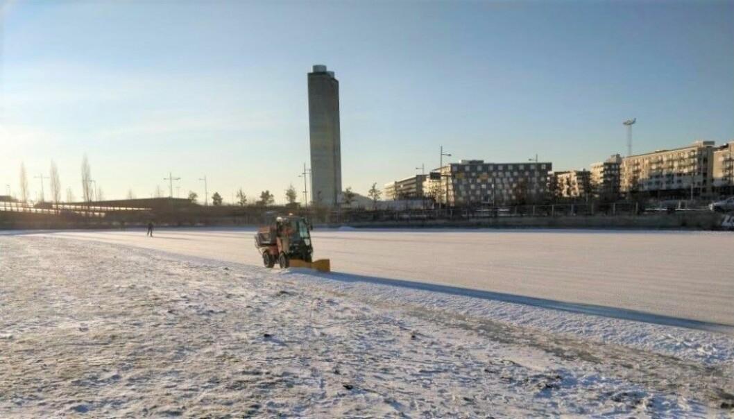 Her er bymiljøetaten i gang med å preppe isen på Vannspeilet i Middelalderparken.