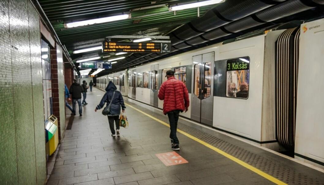 — De involverte fremstår å kjenne hverandre, mener politiet etter voldshendelsen ved Tøyen T-banestasjon søndag morgen.