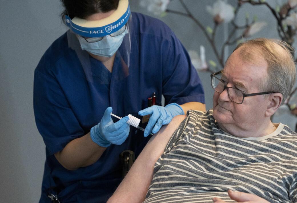 — Det er ingenting å grue seg for. Det føltes ikke noe annerledes enn den første, sa Svein Andersen (67) ved Ellingsrudhjemmet da han søndag ble første nordmann som fikk vaksinedose to mot korona.