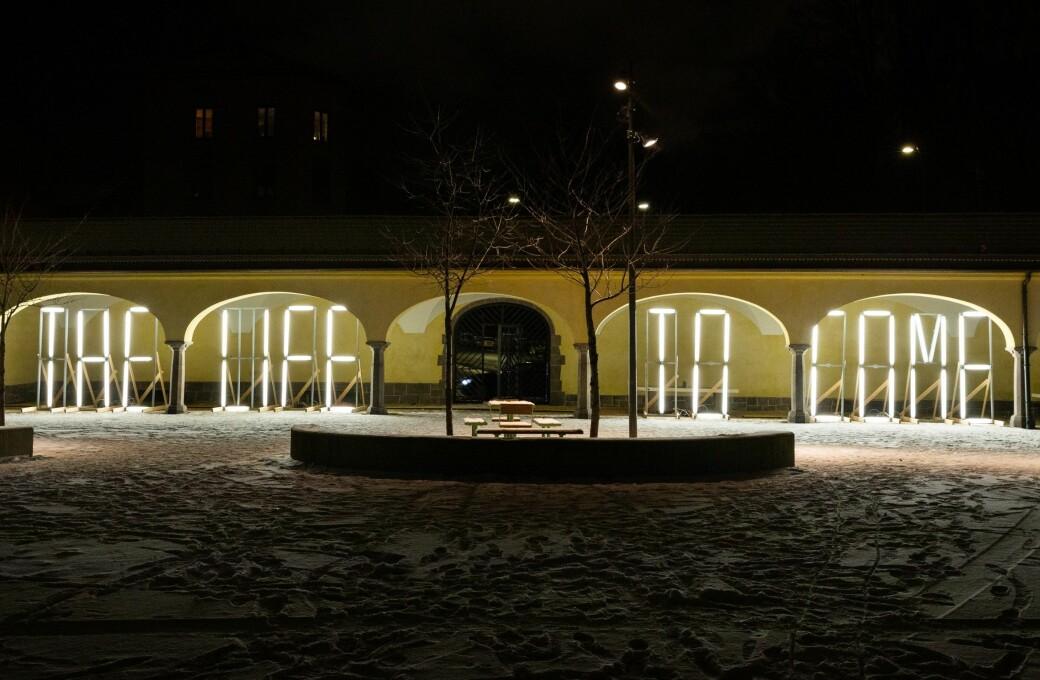The Life to Come er en lysinstallasjon som også er blitt satt opp på Øyafestivalen. Nå lyser kunstverket opp skolegården på Hersleb.