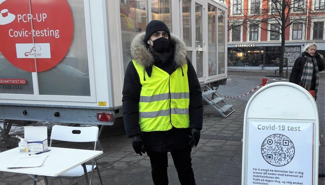 Suleiman Armand har ofte vært vakt på Tøyen bibliotek, nå rettleder han folk som skal ta koronatest på Grønland