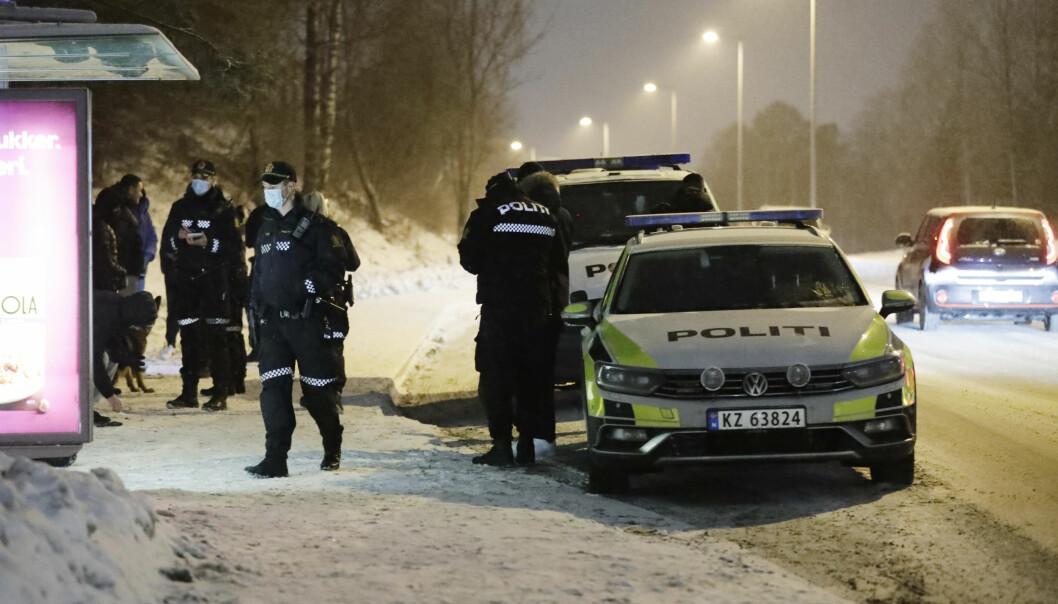 Politiet søker etter gjerningspersoner etter at en gutt på 13 år ble knivstukket ved Haugerudsenteret i Alna bydel i Oslo. Skadeomfanget er ukjent.