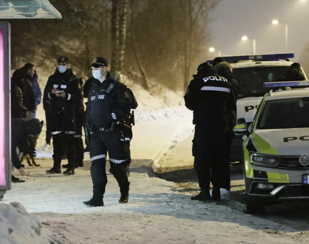 Politiet søker ved busskur i Tvetenveien på nedsiden av Haugerudsenteret etter at en person er knivstukket søndag kveld.