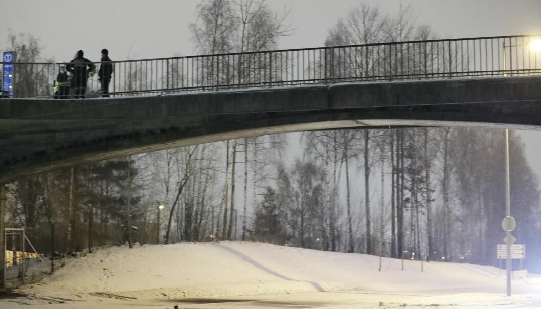 Politifolk søker på gangbrua over Tvetenveien. Brua går fra senteret og til Haugerud T-bansetsasjon.