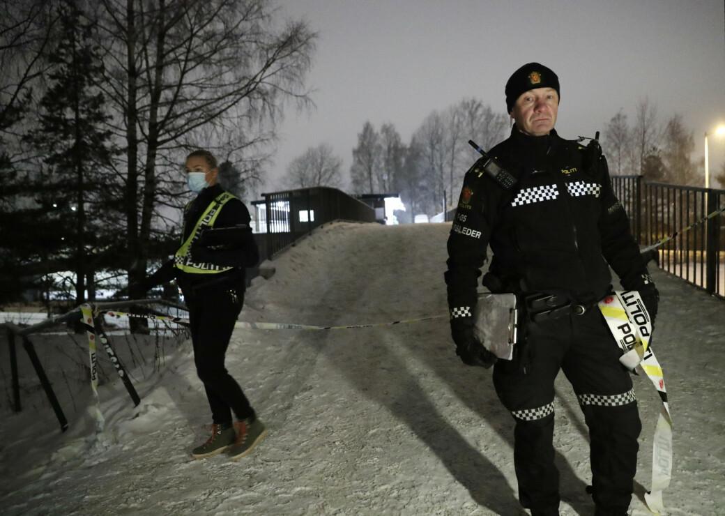 Innsatsleder Tore Barstad (til h.) og politikolleger søkte etter gjerningspersonen etter at en 13-åring ble knivstukket ved Haugerud senter søndag kveld.