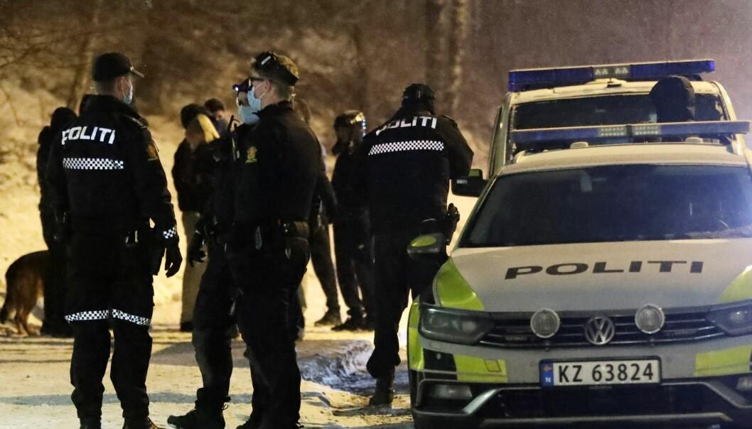 Politiet drev søk blant annet ved et busskur i Tvetenveien på nedsiden av Haugerudsenteret søndag kveld etter at en 13-åringen ble knivstukket i magen. Gutten skal være utenfor livsfare.