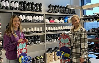 Nå kan du som bor på Hasle og Løren låne gratis ski og skøyter. Selma (20) og Kristine (26) ønsker deg velkommen og tilpasser utstyret