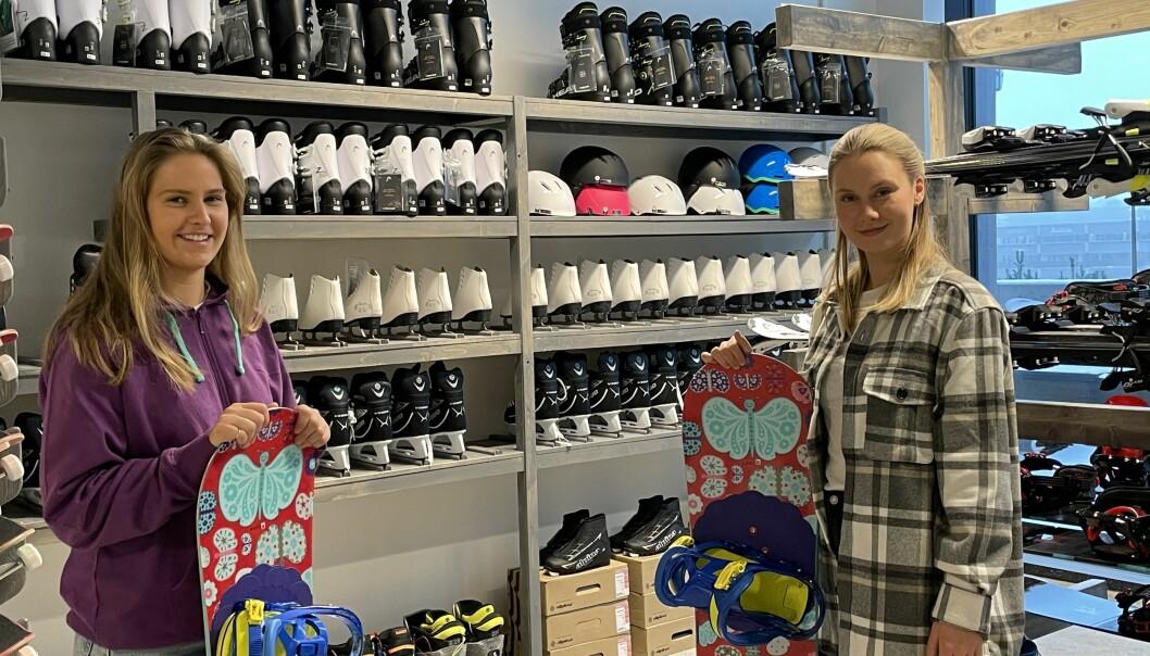 Fargerike brett og kule slalåmski er blant de tingene du kan låne gratis i Bua på kjøpesenteret Vinslottet. Butikkmedarbeider Selma Gulbrandsen (t.v) og daglig leder Kristine Opheim (t.h).