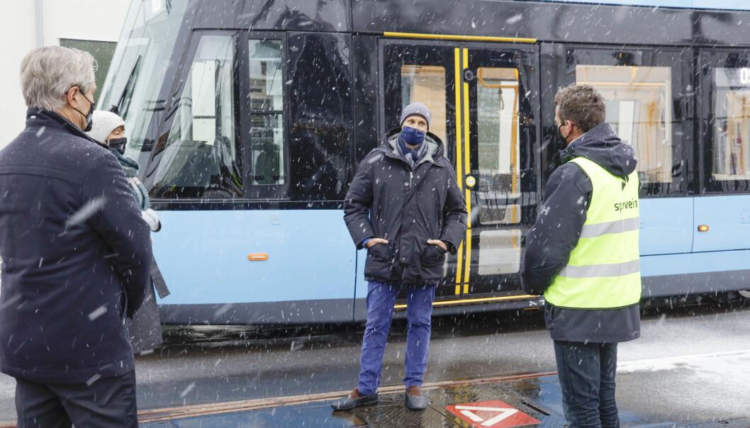 Kronprins Haakon (midten) møtte en trikkefører, en servicemedarbeider, en baneansatt, en bussjåfør og konserntillitsvalgt i Sporveien.