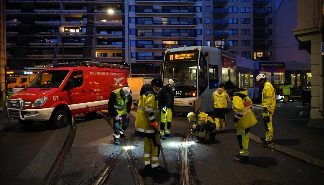 Mannskaper fra Sporveien jobber med å få en avsporet trikk på skinner igjen i krysset Parkveien/Welhavens gate i Oslo.