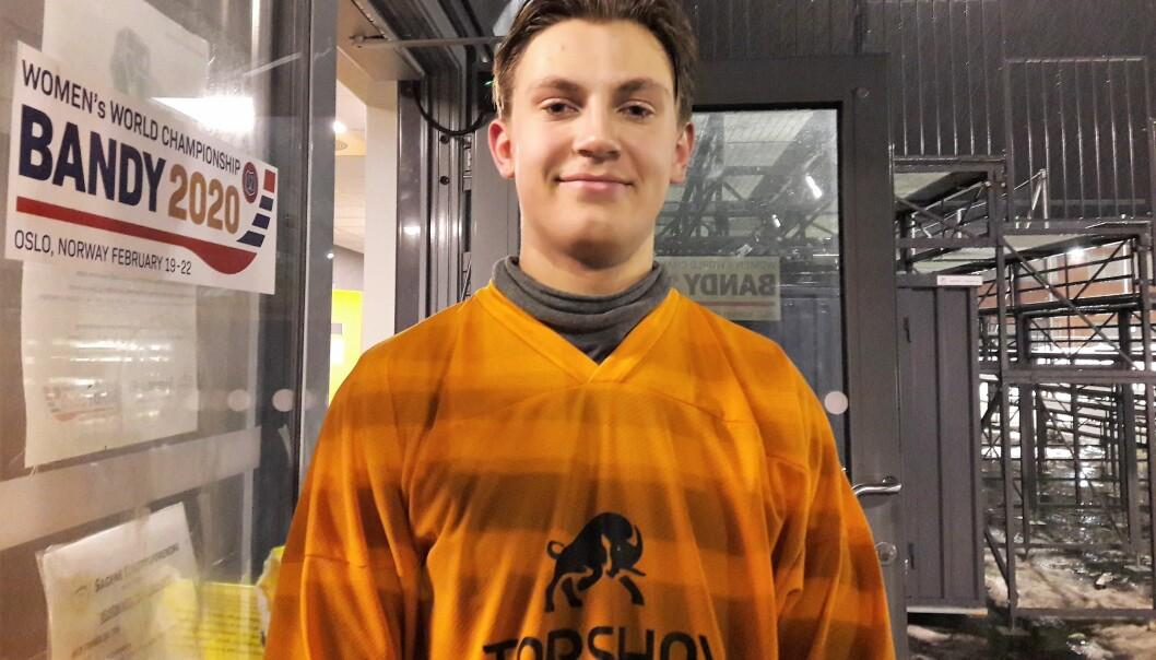Edvard Os (17) ble aldri noen fotballspiller. Nå spiller han i eliteserien i bandy med suksess.