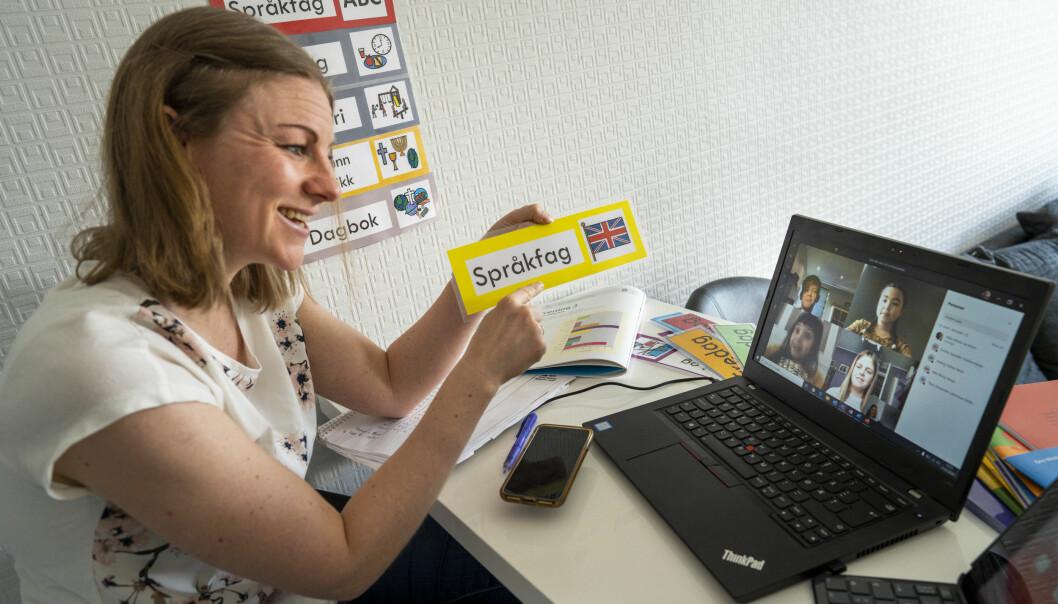 Elever i klasse 4C på en skole får hjemmeundervisning med sin lærer.
