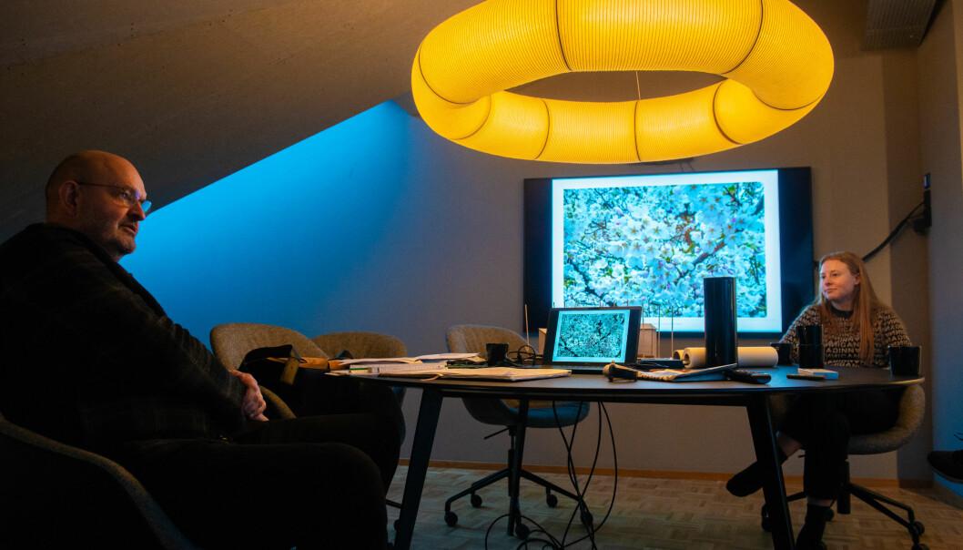 Jarmund og landskapsarkitekten Stine Svanemyr viser fram prosjektet om 600 trær på Ruseløkka bydel Frogner.