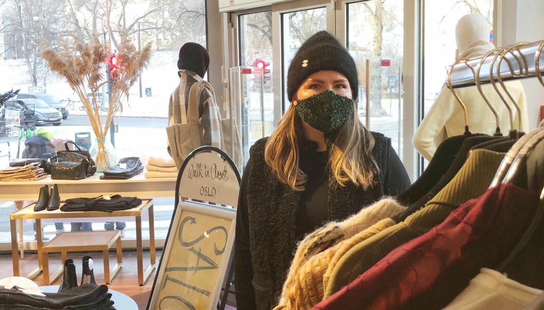 Det har ikke vært vanskelig å selge paljettansiktsmasker i vinter, informerer Synne.