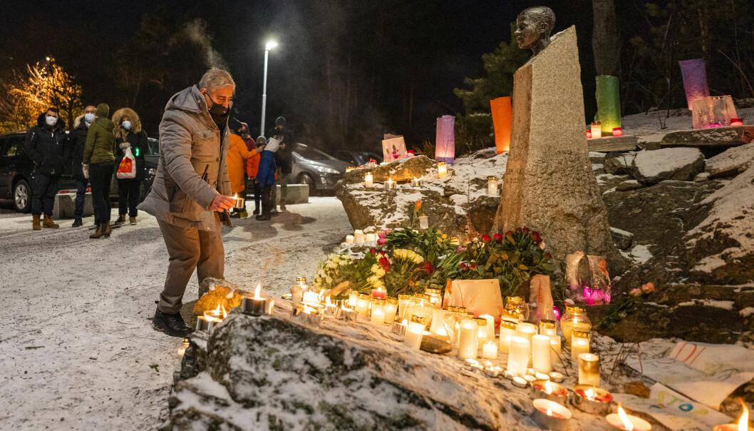 Lokalmiljøet på Holmlia markerer 20-årsdagen for drapet med blant annet lystenning ved minnestatuen på Åsbråten.