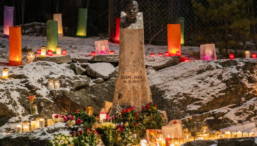 Lys og blomster ved bysten av Benjamin Hermansen på Åsbråten i kveld.