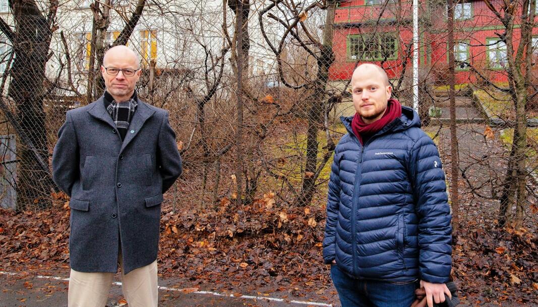 Venstrepolitikerne Tore Wilken Nitter Walaker (t.v) og Håkon Riekeles mener utbyggingsplanene ved Fernanda Nissen videregående på Frogner er alt for omfattende. I bakgrunnen simtes den røde, fredede «Villa Gro-Gro».