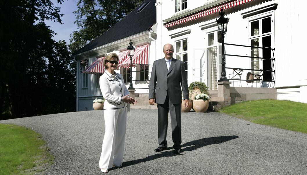 Kong Harald og dronning Sonja var strålende fornøyd da Bygdøy kongsgård stod ferdig oppusset i 2007.
