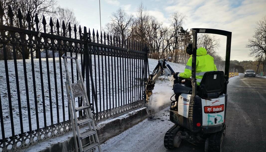 Det herskapelige smijernsgjerdet rundt Bygdø kongsgård fjernes i disse dager i forbindelse med kongefamiliens sikringsprosjekt.