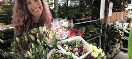 Sarah (36) gir bort blomster til beboere på sykehjemmene i bydel Sagene