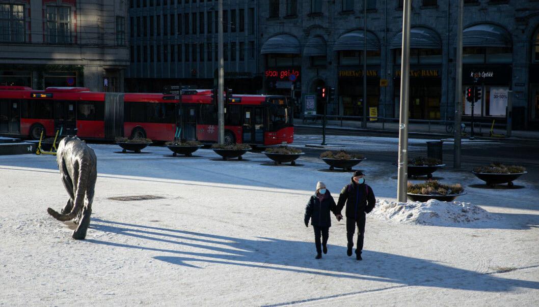 Oslo sentrum har vært stille den siste uka. Nå forslår FHI og Helsedirektoratet at enkelte butikker kan åpne igjen.