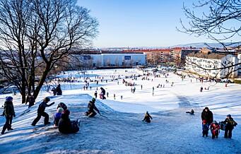 Originalt koronatiltak skaper vinterglede: Folk på Ola Narr koste seg med ski og aking på tilkjørt snø