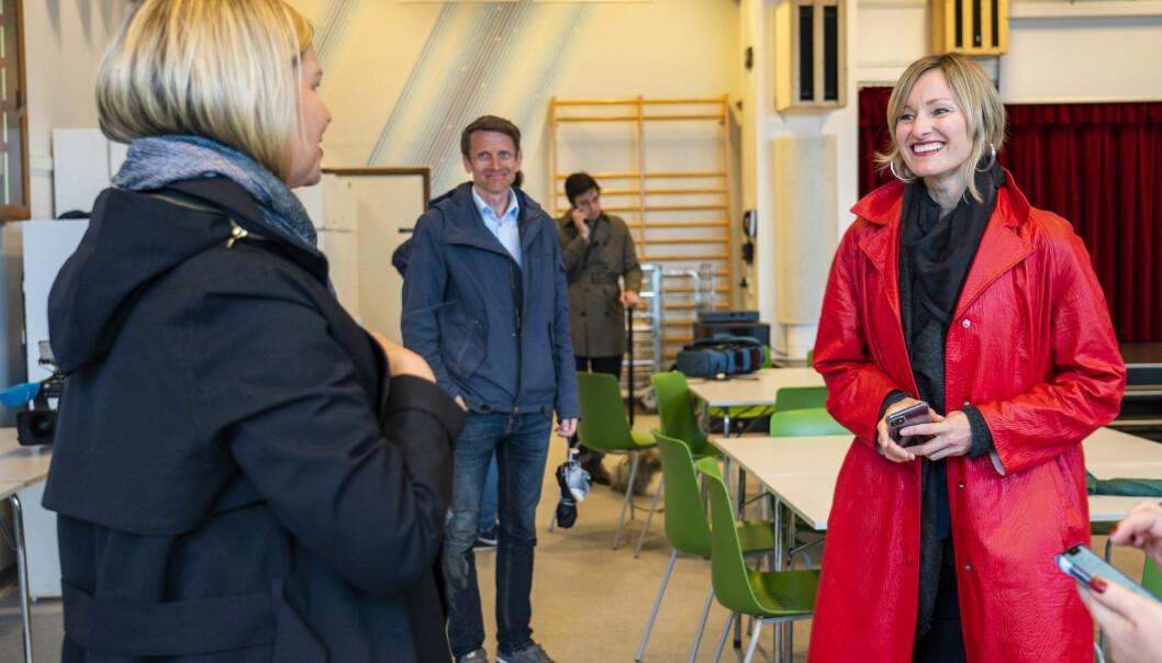 Venstres kunnskapsminister Guri Melby (med ryggen mot kamera) i samtale med skolebyråd Inga Marte Thorkildsen (SV) under et besøk på Ellingsrudåsen skole i april i fjor.