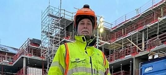 Pendler og bygningsarbeider Morten bor rett over svenskegrensen, men kommer ikke hjem. Bor nå på brakka ved byggeplassen