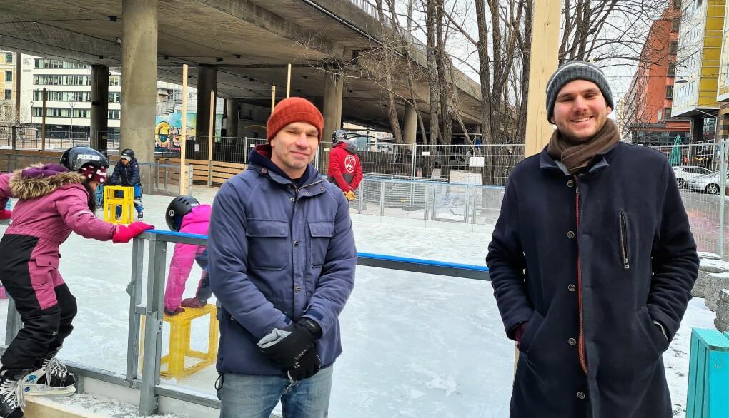 Bymiljøetatens Jens Jensen og leder av bydelsutvalget i Gamle Oslo, Teodor Bruu (MDG), er glade for å kunne åpne den nye isbanen i Olafiagangen.