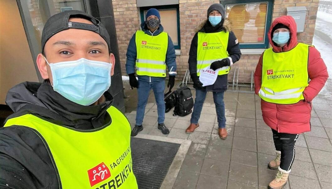 Streikene helsearbeidere fra Fagforbundet informerer om streik utenfor Kantarellen bo- og rehabiliteringssenter.