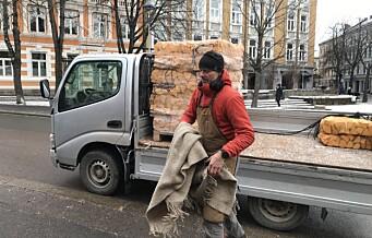 Vedsalget rett til værs i vinterkulda. Robert fra Vedbua på Torshov er i fyr og flamme over hett marked de siste dagene