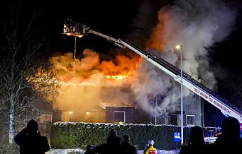 Brannvesenet sliter med å få kontroll på rekkehusbrann på Lambertseter. Naboer bes lukke vinduer og ventiler