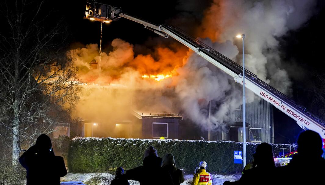 Ingen personer er skadet i brannen i et rekkehus på Lambertseter. Brannvesenet sliter med å få kontroll på flammene.