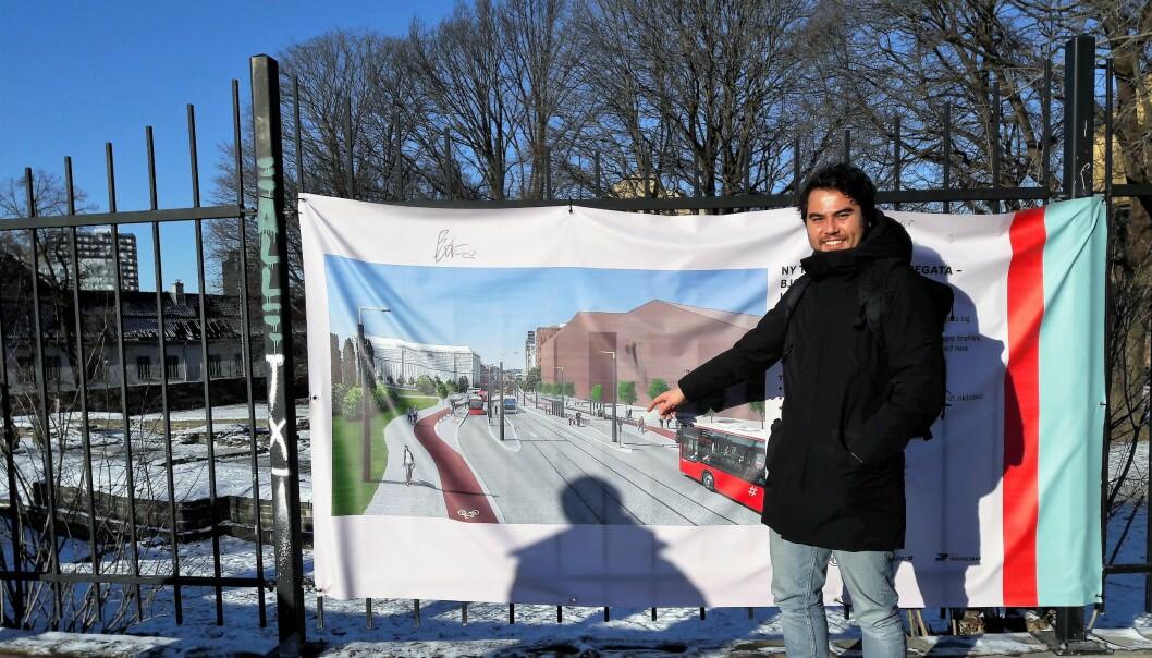 Slik blir utbyggingsplanene presentert for folk i Gamlebyen, på et banner hengt opp i krysset mellom St. Hallvards gate og Dyvekes vei. Dette er ikke til Gamlebyens beste, sier Lars Erik Mangset