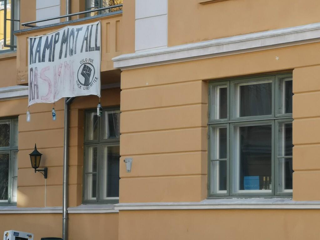 Banner på studenthuset i Schultz gate fra sommeren 2020 da det var enormt fokus på BLM-bevegelsen i USA.