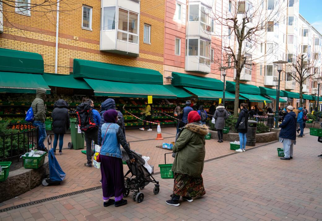 Koronatiltak ved grønnsaksbutikken på Grønlands Torg. Ingen steder i landet rammer arbeidsledighet hardere enn i bydel Gamle Oslo.
